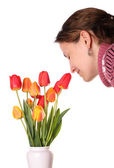 Giovane donna odore tulipani — Foto Stock