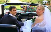 Wedding couple in car — Stock Photo