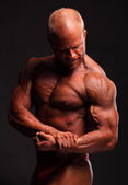 Bodybuilder flexing biceps — Stock Photo