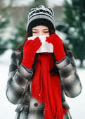 Young beautiful woman outdoor blowing nose in winter — Stock Photo
