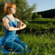 Stockfoto: Red wompracticing fitness yogoutdoors