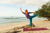 Młoda kobieta praktykuje jogę — Zdjęcie stockowe
