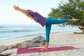 Genç kadın pratik yoga — Stok fotoğraf
