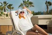 Sole godendo di giovane donna — Foto Stock