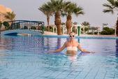 年轻女子在游泳池中 — 图库照片
