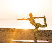 Pratique du yoga au lever du soleil — Photo