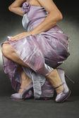 Vrouw op hoge hak schoenen over grijze achtergrond plaatsen — Stockfoto