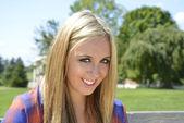 Gros plan de l'adolescente aux cheveux blonds — Photo