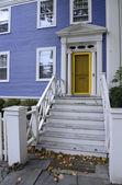 Casa azul con amarillo puerta — Foto de Stock