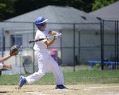 Batedor de basebol balançando — Foto Stock