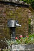 Gamla trädgård vattenledning — Stockfoto