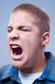 портрет молодой подросток кричать изолированные на серый — Стоковое фото