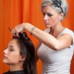 Friseur Haar schöne Teenager-Mädchen machen — Stockfoto