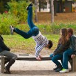 Teenagers having fun in the park on beautiful autumn day — Stock Photo