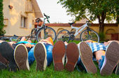 Teenagers resting on the grass — Stock Photo