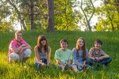 Jeugdvrienden plezier in de natuur op zonnige lentedag — Stockfoto