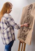 молодая художница рисунок мужской портрет в ее арт-студия — Стоковое фото