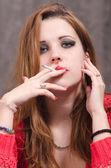 Retrato de mulher jovem e bonita fumando — Fotografia Stock