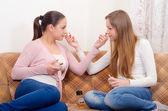 Dwóch nastoletnich dziewczyn, stara się perfumy — Zdjęcie stockowe