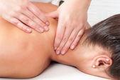 Mujer joven recibiendo un masaje en el salón de masajes — Foto de Stock