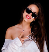 Smiling girl with sunglasses showing peace sign — Stock Photo