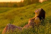 Garota feliz, deitado no Prado — Fotografia Stock