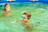 Enfants jouant dans la piscine — Photo