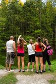 Familia explorando la naturaleza — Foto de Stock