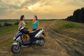 Tonårsflickor vila efter ridning motorcykel — Stockfoto
