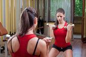 Dívka cvičení s činkami — Stock fotografie