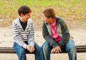 Dwóch nastoletnich przyjaciół, rozmawiać w parku — Zdjęcie stockowe