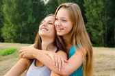 屋外の楽しみを持つ 2 つの美しい女の子 — ストック写真