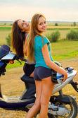 Två vackra flickor vila efter ridning scooter — Stockfoto