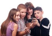 十几岁的男孩向朋友们展示的数字内容 — 图库照片