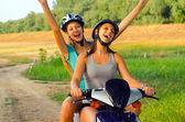 在农村上骑摩托车 — 图库照片