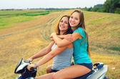 τα κορίτσια που απολαμβάνουν τη βόλτα μοτοσικλέτα — Φωτογραφία Αρχείου