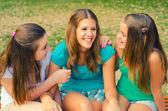 十几岁的少女在齐名的开心 — 图库照片
