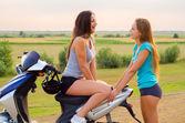 Deux jolies filles se reposant après ils utilisent trottinette — Photo