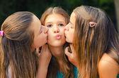 Tienermeisje kuste op de wangen — Stockfoto