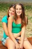 楽しい 2 つの 10 代の少女 — ストック写真