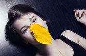 Girl holding autumn leaf — Stock Photo