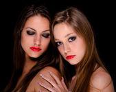 две красивые девушки, будучи интимные — Стоковое фото