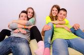 Jugendliche, die spaß zu hause — Stockfoto