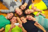 床の上で楽しんで 10 代の友達 — ストック写真
