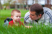 Father teaching his son about the nature — Stockfoto
