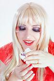 Mujer rubia con un maquillaje fuerte — Foto de Stock