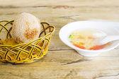 Torta de semilla de sésamo y sopa de tomate y huevo — Foto de Stock
