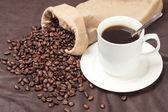 Coffee beans and coffee mugs — Stock Photo