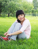 žena tráva — Stock fotografie