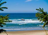 Si affacciano sulla spiaggia rocciosa frastagliata lungo la costa dell'oregon — Foto Stock
